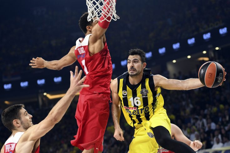 Olympiacos's Khem Birch (C) tries to block Fenerbahce's  Kostas Sloukas (R) during the first place basketball match between Fenerbahce and Olympiacos at the Euroleague Final Four basketball matches at Sinan Erdem sport Arena, on May 21, 2017 in Istanbul.  / AFP PHOTO / BULENT KILIC        (Photo credit should read BULENT KILIC/AFP/Getty Images)